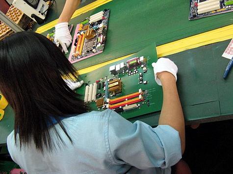 Rondleiding door fabriek Gigabyte - moederbord checken met mal