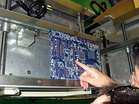 Rondleiding door fabriek Gigabyte - solderen van smd