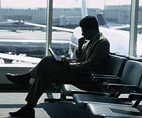 Laptopgebruiker op luchthaven