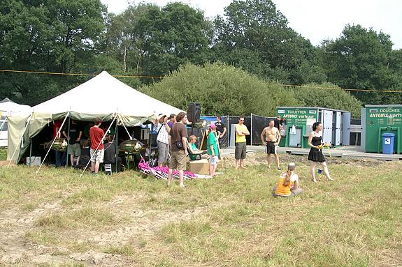 Campzone 2008 - De rij van het draaiend dartbord