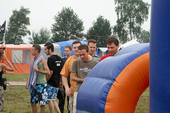 Campzone 2008 - In de rij voor de stormbaan