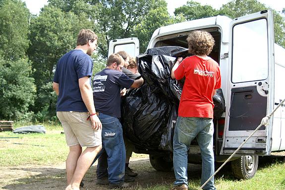 Campzone 2008 - Het grondzeil van de tent in het busje