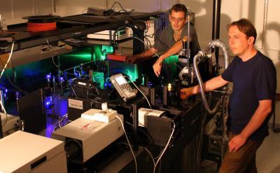 Onderzoekers John Lupton en Christoph Boehme bij een testopstelling