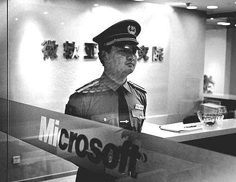 Chinese politieman in Microsoft-kantoor