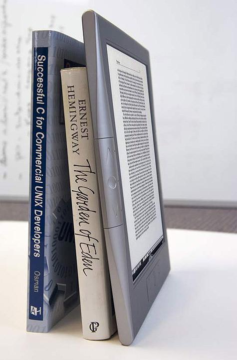 Irex Digital Reader 1000S op boekenplank