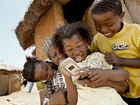 Kinderen spelen met telefoon