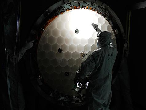 NASA-wetenschappers inspecteren de spiegel van de Kepler-ruimtetelescoop