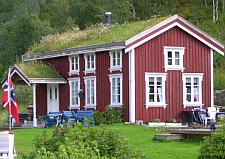 Noors huis met vlag