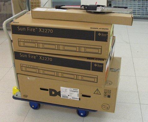 2x Sun X2270 dozen bovenop een Dell R610 doos