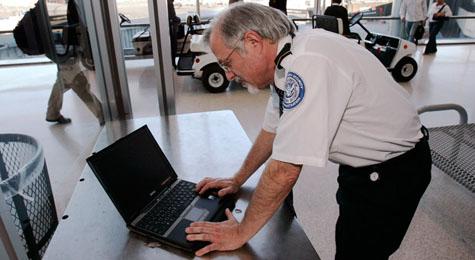 Douanier onderzoekt laptop