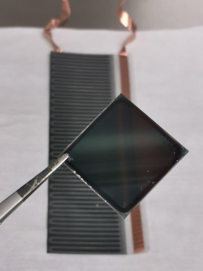 Semitransparante perovskietcel boven cigs cel
