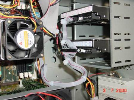 Ronde IDE-kabels in de kast