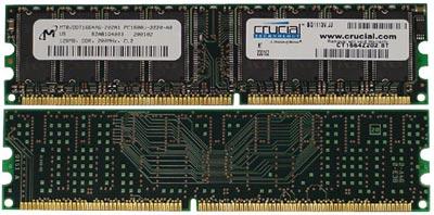 Crucial PC-1600 DDR SDRAM module (voor- en achterkant)
