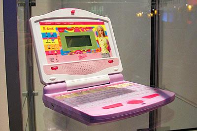 CeBIT 2001: Brute Barbie schoothond