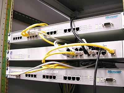 TrueServer verhuizing 2: Micronet en Level One switches   met naam stickertjes