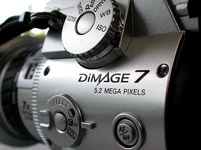 Minolta Dimage7 - zijkant & megapixel    logo