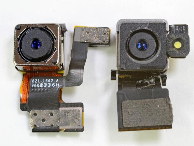 Rechts de cameramodule van de iPhone 5, beschermd met saffier, en links die van de iPhone 4S