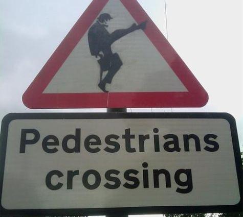 Verkeersbord geïnspireerd op Ministry of Silly Walks van Monty Python
