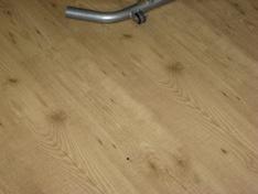 Klein onderdeeltje op grote vloer