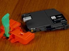 print cartridge met ontgrendelde afsluitbracket