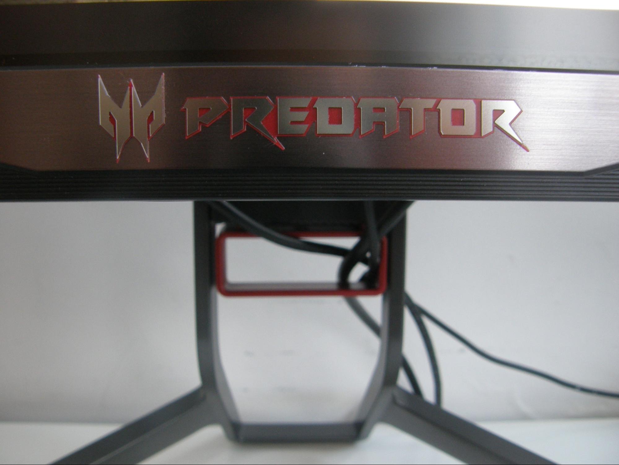 Closeup van Predator logo op de bezel, met op de achtergrond het kabelgat