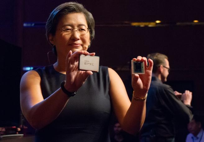 AMD-ceo Lisa Su toont Epyc-processor en Vega-chip op 7nm met 32GB hbm2
