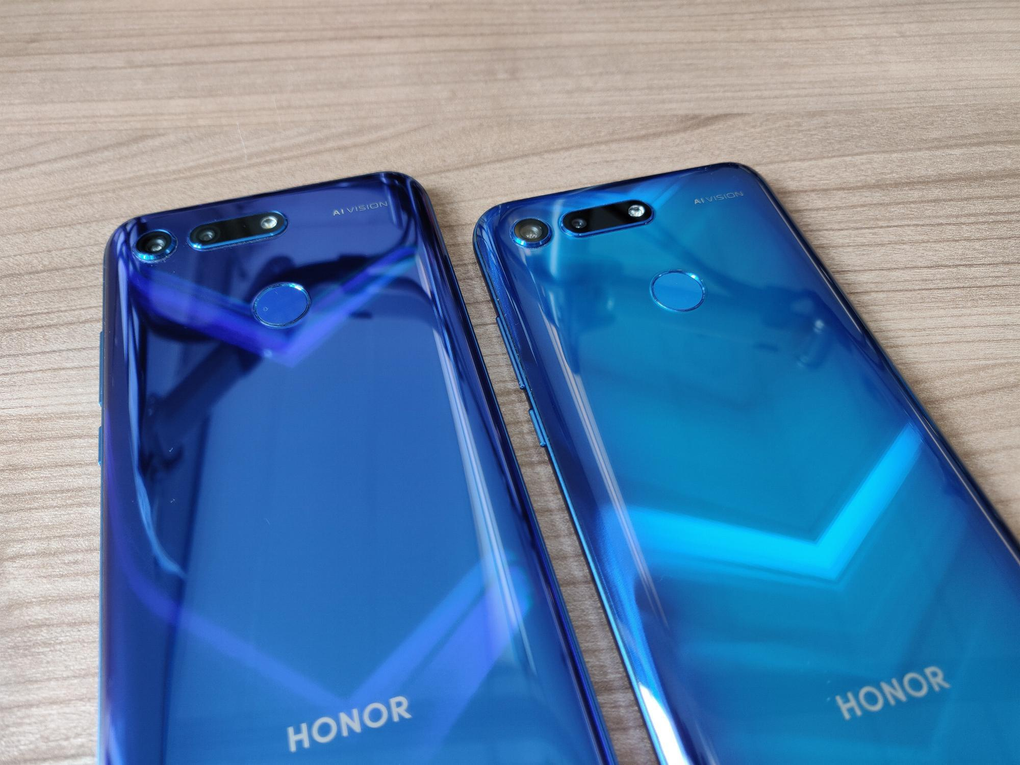 Honor View 20 Sapphire Blue vs Phantom Blue (Moschino Edition)