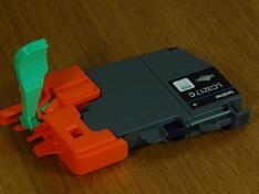 Inktcartridge met transportbracket opengebroken
