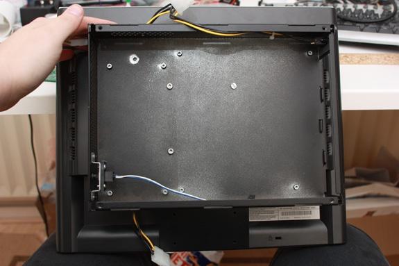 Kast gemonteerd aan het scherm