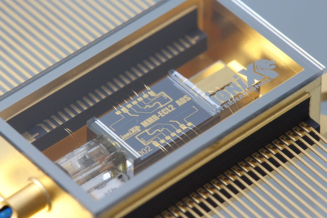 Laser gecombineerd met op siliciumnitride-gebaseerd fotonisch circuit van Lionix uit Enschede.