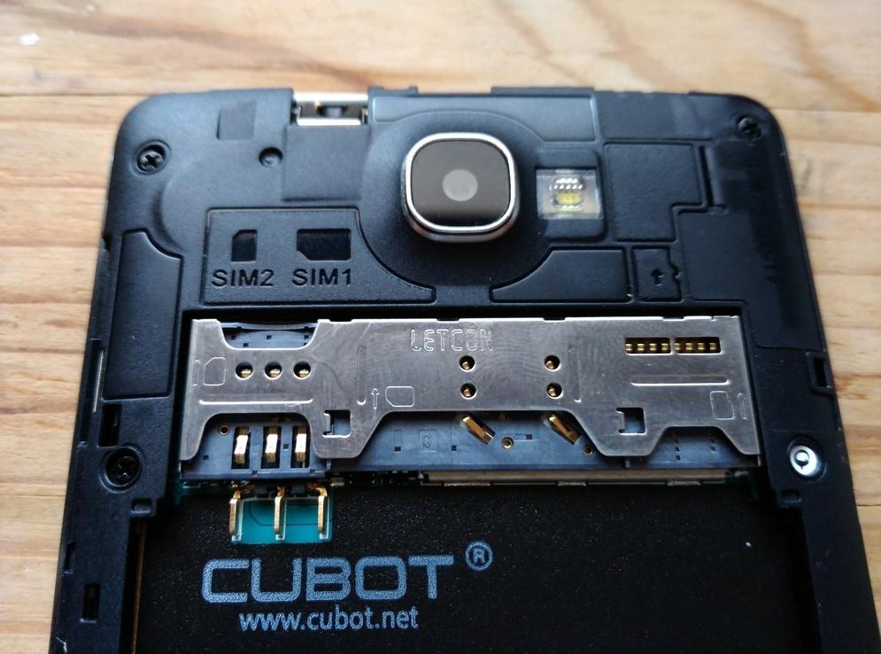 Slots voor de SIM kaarten en de SD kaart
