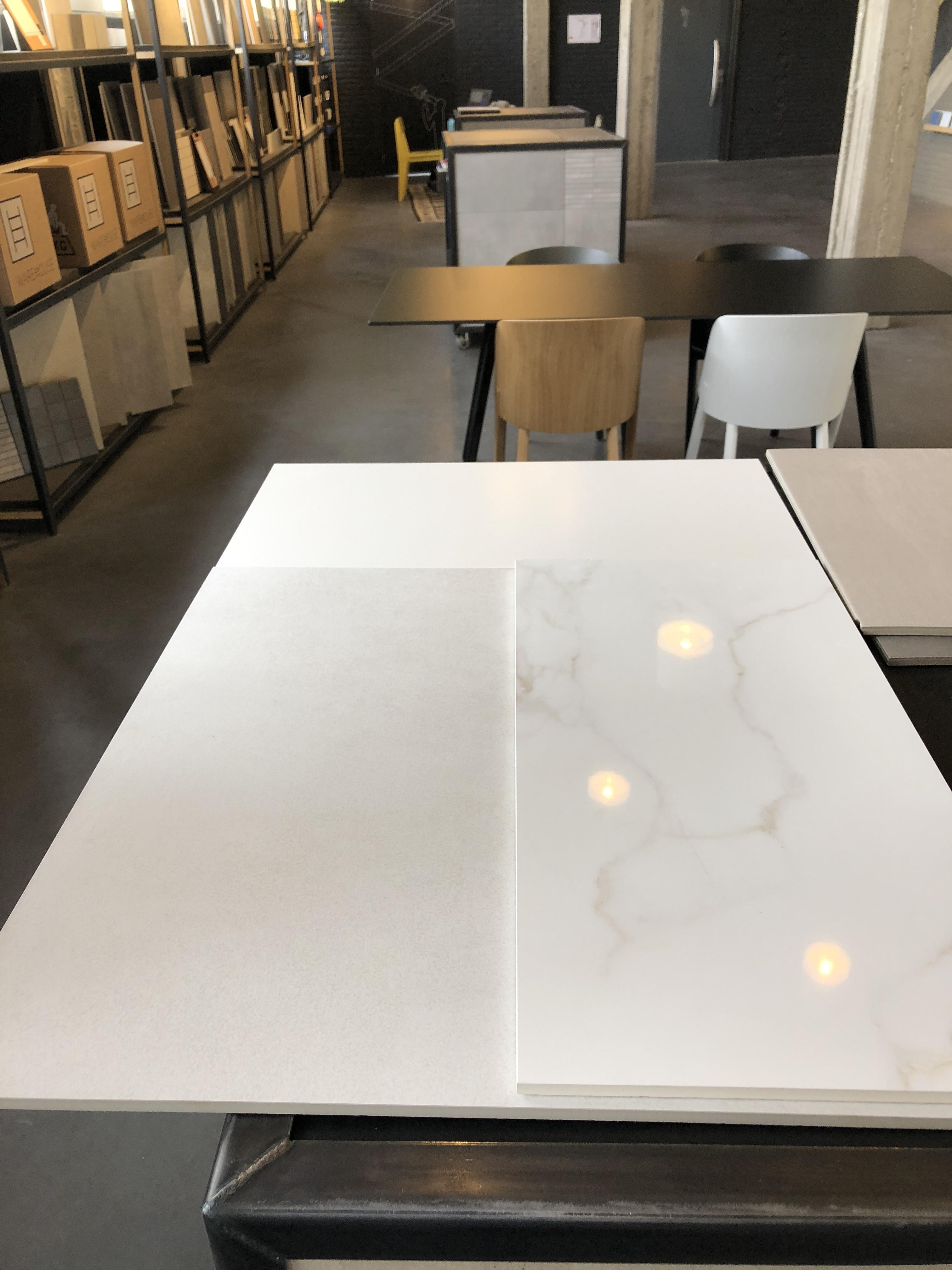 Matte witte tegels voor de overige muren en de vloer 60x60cm creme kleur Zo blijft de kleine badkamer toch mooi licht Zeker bij de 2 9m hoogte