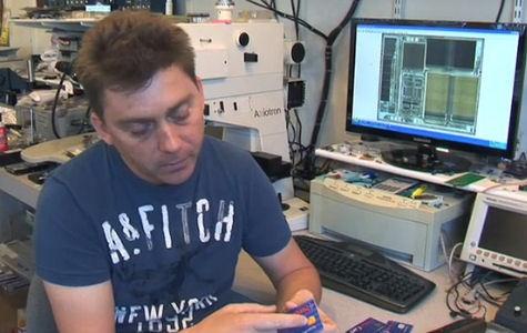 Christopher Tarnovsky bezig met smartcards op zijn werkplek in Californie