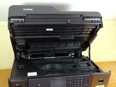 Papiergeleiding onder het deksel