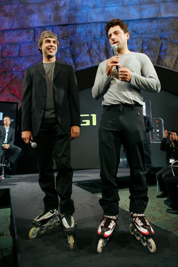 Google-oprichters Sergey Brin en Larry Page op rolschaatsen tijdens T-Mobile G1-presentatie. Foto: Stuart Ramson/AP