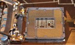 Vijf P55-moederborden naast elkaar gelegd