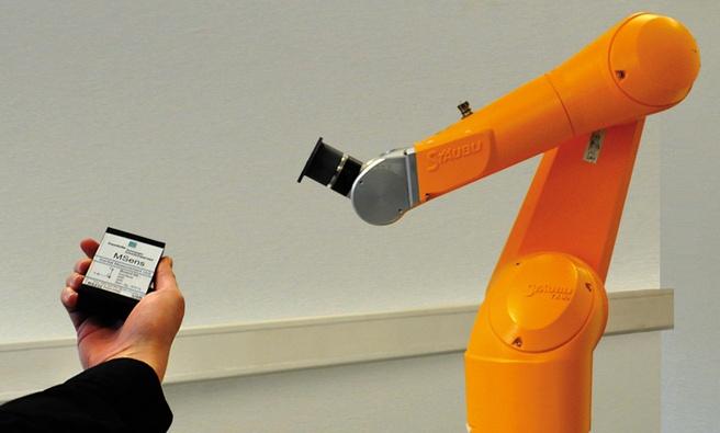 Robotarm bestuurd met Fraunhofer-sensortechniek