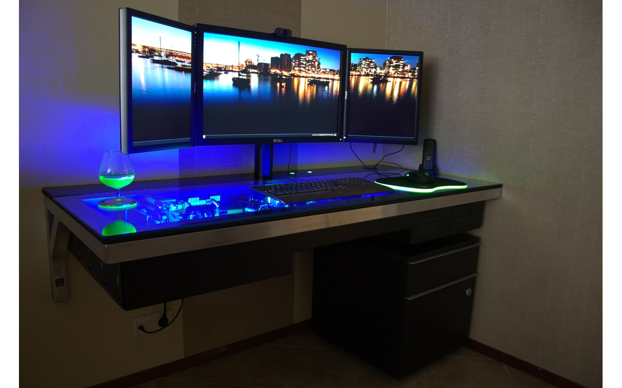 tweaker voltooit high end systeem in zelfgemaakt bureau computer nieuws tweakers. Black Bedroom Furniture Sets. Home Design Ideas