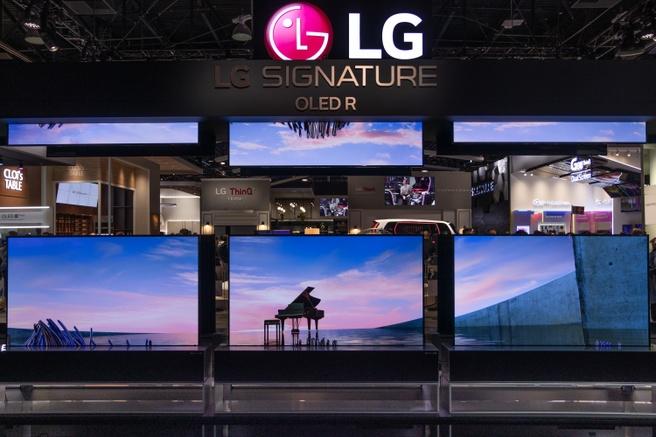 Ook bij LG Electronics op de stand werden van boven naar beneden afrolbare schermen getoond.