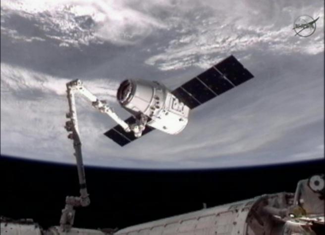 Dragon-capsule aan ISS-robotarm
