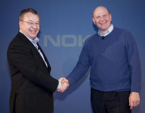 Ceo's Stephen Elop (Nokia) en Steve Ballmer (Microsoft) schudden elkaar de hand