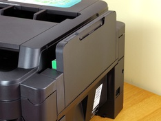 Multifunctionele papiertoevoer dichtgeklapt