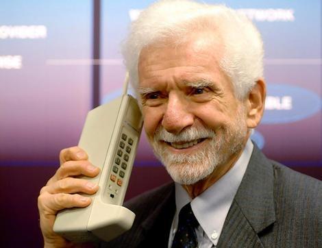 Martin Cooper belt met een van de eerste mobiele telefoons