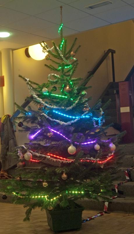 Hackerspace laat verlichting kerstboom bedienen via Twitter ...