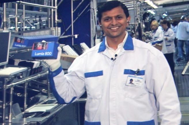 Medewerker Nokia-fabriek in Salo toont Lumia 800 tijdens keynote Elop op Nokia World