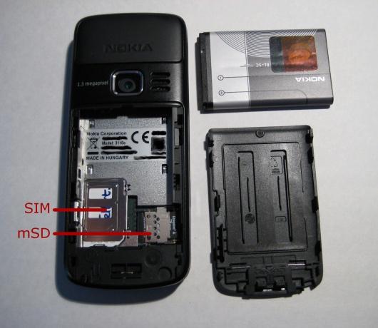 De achterkant van de Nokia 3110 Classic (zwart) met het achterklep eraf