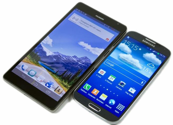 Huawei Ascend Mate (links) en Samsung Galaxy S4