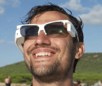 Man men Atos Augmented Reality bril op