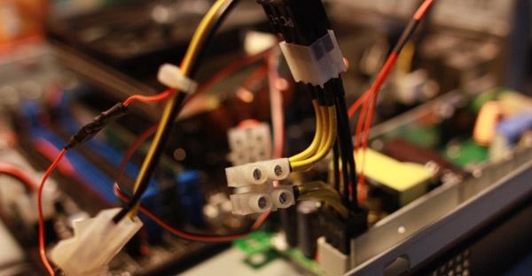 De aftakking voor de multimeter bij de uitgang van de adapter