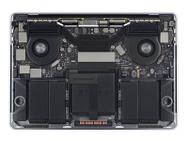"""Een geopende MacBook Pro 15"""", closeup op de ssd zonder tape en een geopend 13""""-model"""